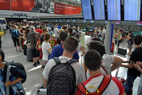 La fuga degli italiani all'estero, il segno più sull'esodo che ci farà male